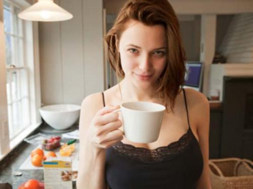 Mujer-tomando-cafe ALZHEIMER